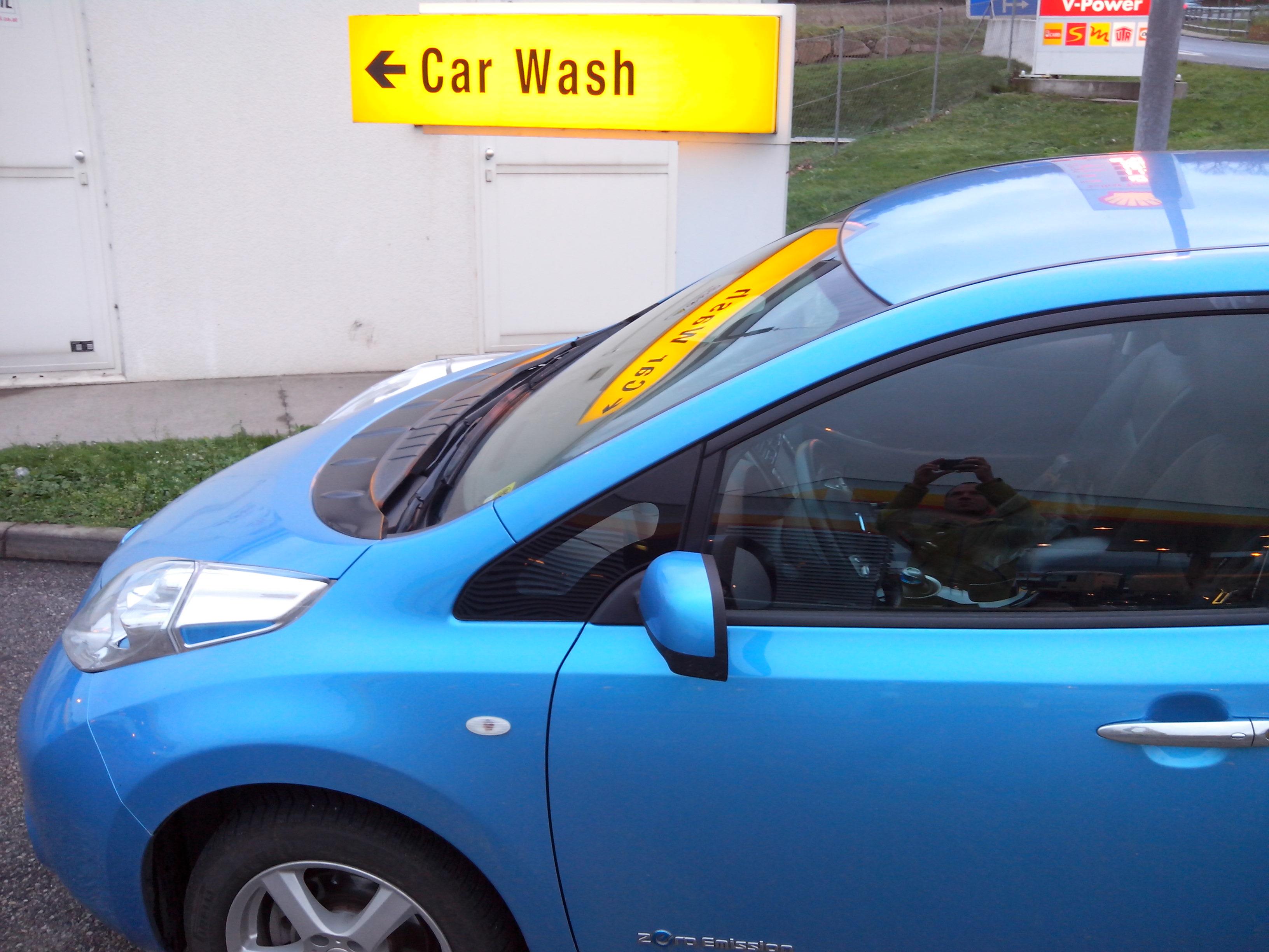 auf dem Weg zur E-Auto Wäsche