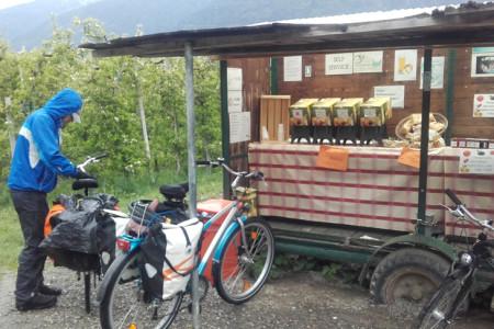 Bezüglich Fahrrad und Ausrüstung empfiehlt sich ein Trekkingrad mit stabilem Gepäcksträger und Seitentaschen