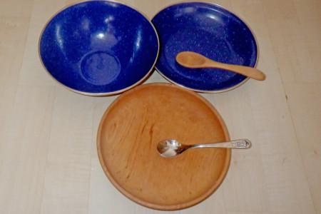 Teller und Löffel aus Holz und Email