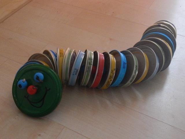 Kinderspielzeug: Raupe aus Gläserdeckeln