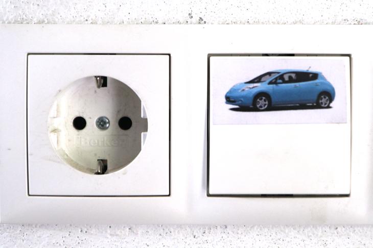 Foto: Stromschalter mit Steckdose, © M. Komarek