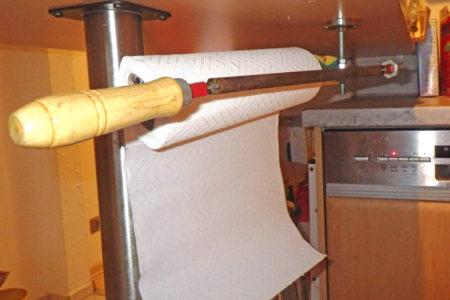 Foto: Eisensäge als Küchenrollenhalter, © B. Haslauer