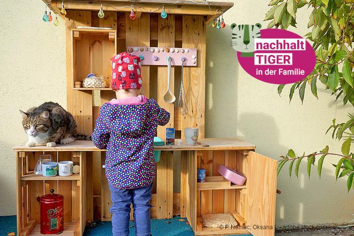 Foto: Selbstgebaute Kinderküche für den Garten und Balkon, © P. Nemec; Oksana L - adobe.stock.com