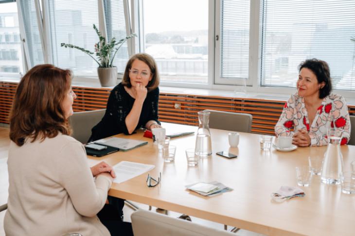Interview mit LR Mag.a Christiane Teschl-Hofmeister und Mag.a Barbara Trettler, GF NÖ Familienland GmbH, © Julia Pfeiffer