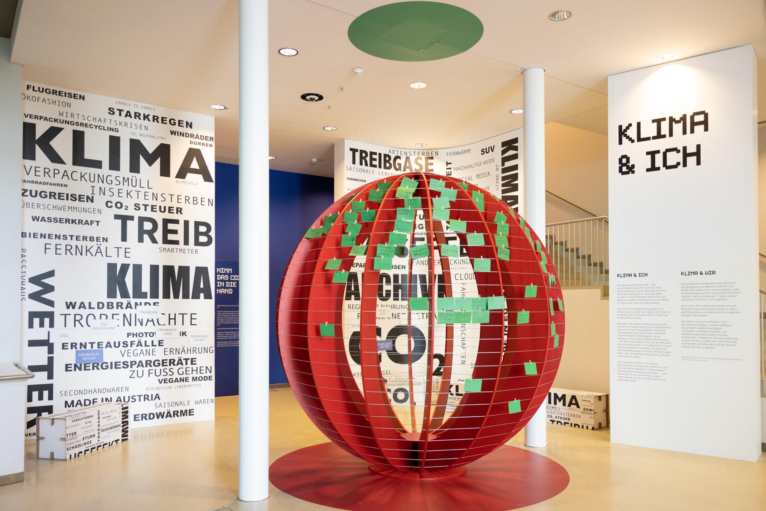 Im Eingangsbereich der Ausstellung Klima und Ich:Unser täglicher CO2-Ausstoß pro Person als 3 Meter große Kugel dargestellt