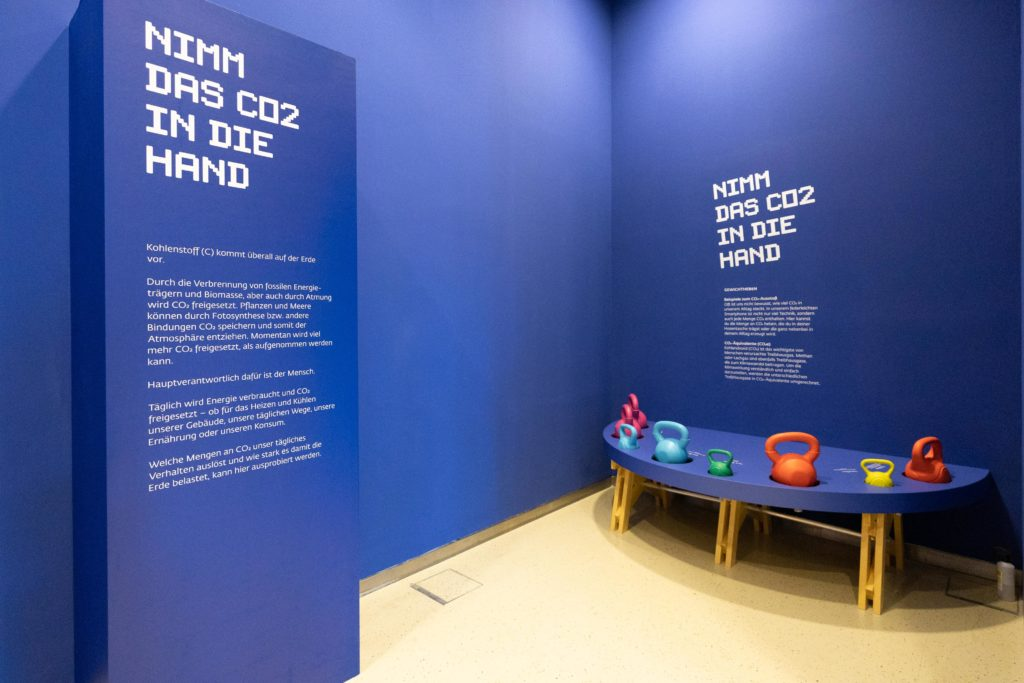 Station CO2 Gewicht heben der Ausstellung Klima & Ich im Museum Niederösterreich