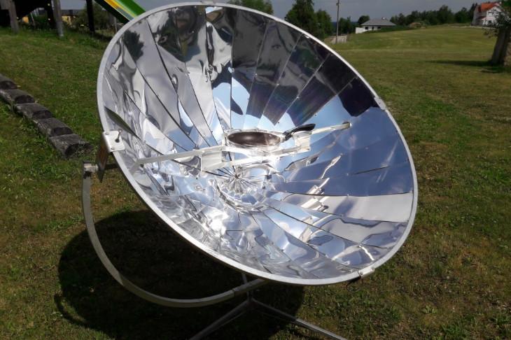 Kochen mit der Sonne am Solarkocher, © E. Grabner