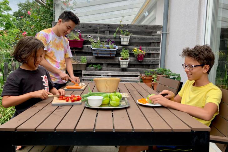 Familie Chan bereitet das Essen vor, © Chen