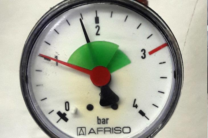 Druckanzeige Heizung: Der Druck des Heizwassers muss zwischen den roten Begrenzungsvorgaben (im grünen Bereich) liegen.